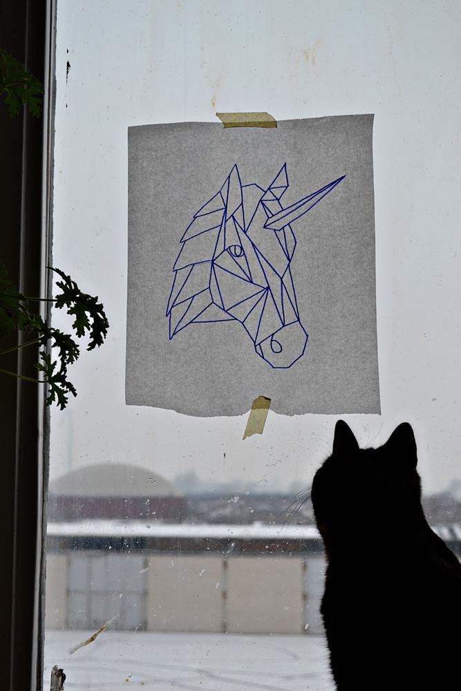 Einhorn Stickmuster am Fenster übertragen