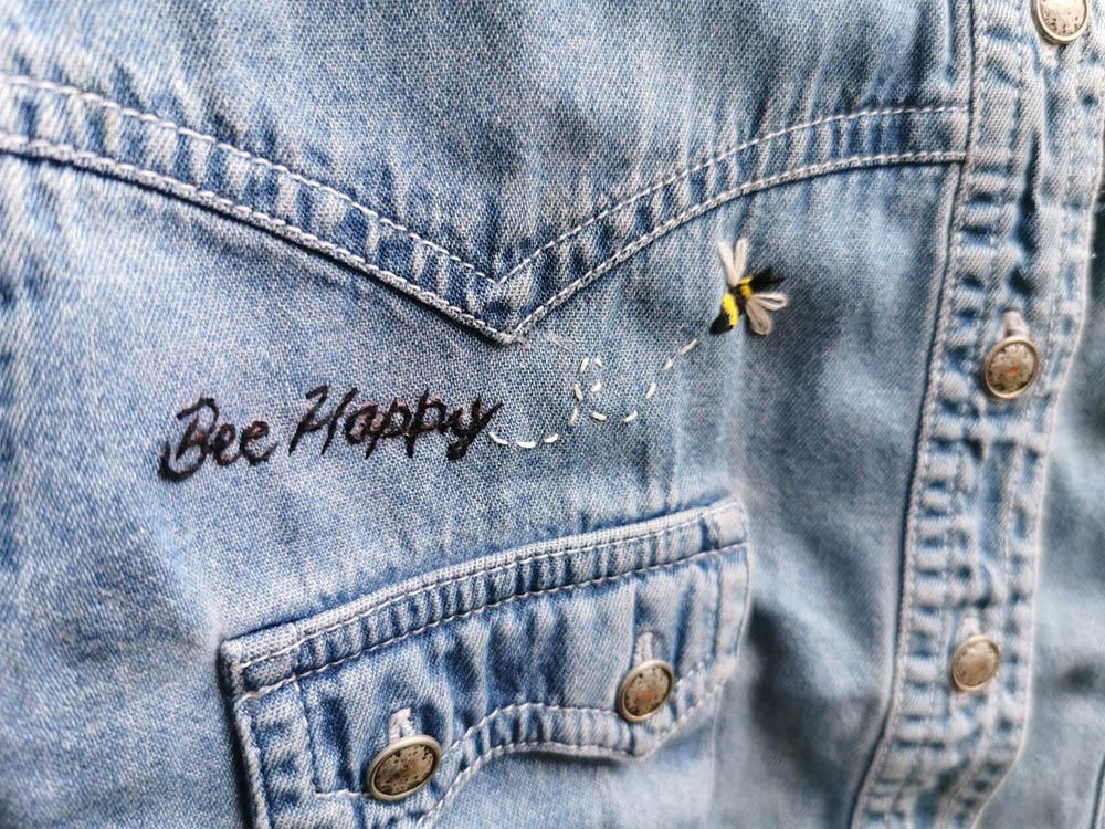 Bee Happy Jeansjacke Stickerei von reparierenistliebe
